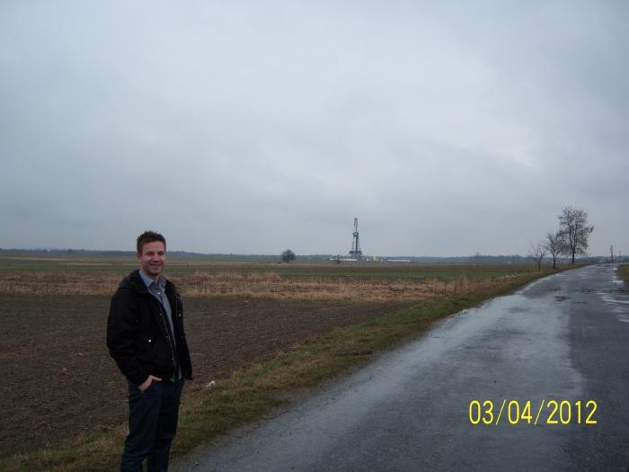 Autor w pobliżu polskiego odwiertu za gazem łupkowym.