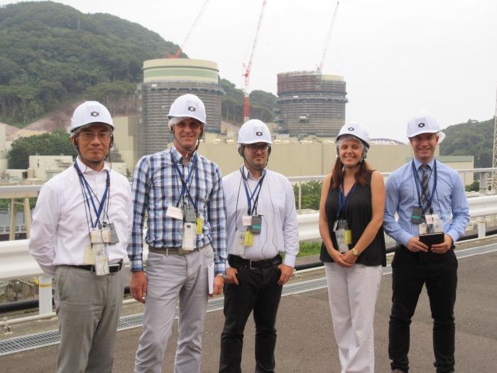 Polscy dziennikarze na terenie elektrowni Kashiwazaki Kariwa w Japonii