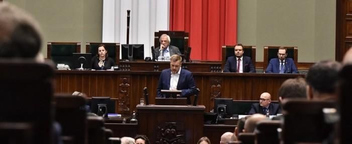 Adrian Zandberg w Sejmie RP. Fot. Lewica
