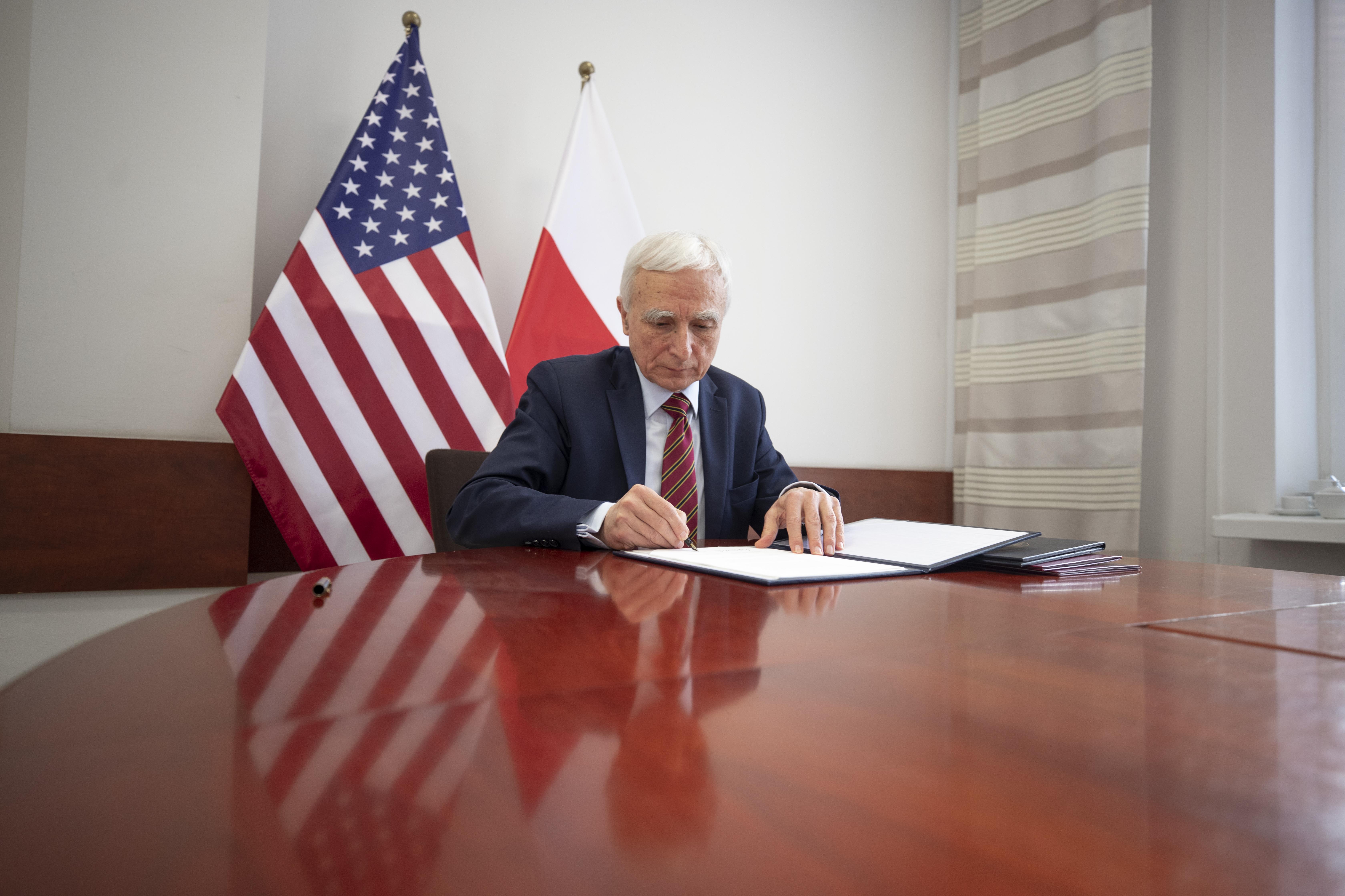 Pełnomocnik rządu ds. strategicznej infrastruktury energetycznej Piotr Naimski podpisuje umową Polska-USA